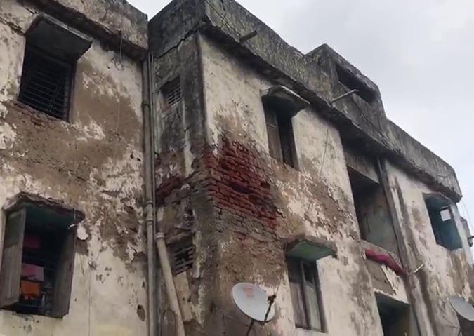 અમદાવાદમાં CTM નજીક હાઉસિંગના એપાર્ટમેન્ટમાં ધાબાનો ભાગ ધરાશાયી, જર્જરિત બિલ્ડીંગમાં સ્થાનિકો ભયના ઓથાર હેઠળ જીવવા મજબૂર અમદાવાદ,Ahmedabad - Divya Bhaskar