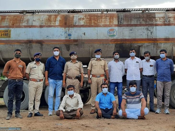 સોયાબીન તેલના ટેન્કર સાથે દબોચાયેલા આરોપી - Divya Bhaskar