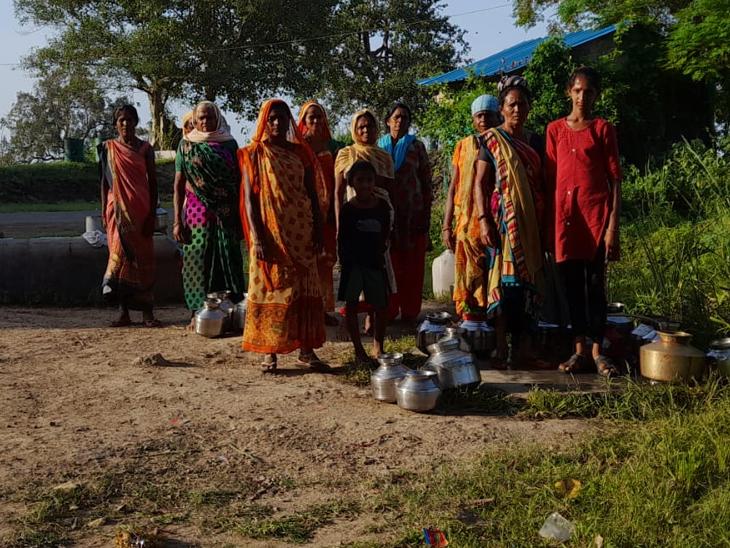 અંકલેશ્વરના રોહીદ ગામને ઓએનજીસીએ પાણી આપતાં મહિલાઓ પાણી ભરવા માટે પહોંચી હતી. - Divya Bhaskar