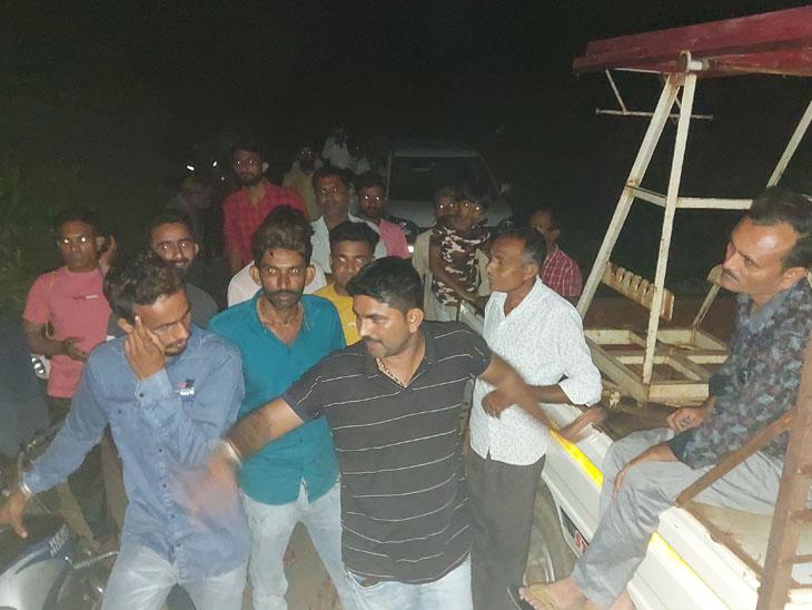 પાંચ દિવસથી ખેતીની લાઇટ આકાખેડા પંથકના ખેડુતોને ન મળતા પરેશાન થઈ ખેડૂતો રાત્રે વીજ ઓફીસે જઇ અન્ય હેલ્પરોને લઇ આવ્યા હતા. પણ કામ થઇ શક્યું નહોતું. - Divya Bhaskar