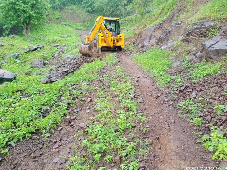 નસવાડી તાલુકાના સાંકડીબારી, ગનીયાબારી ગામના રસ્તે જેસીબીથી કામગીરી શરૂ કરવામાં આવી છે. - Divya Bhaskar