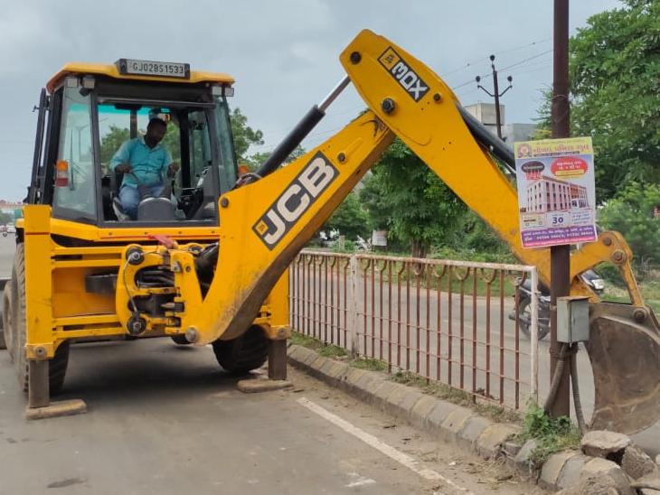 ગૌરવ પથની સ્ટ્રીટલાઇટો ડિવાઈડર અને રેલિંગ તોડી રસ્તો સાફ કરી આપવાની કામગીરી શુક્રવારથી શરૂ કરવામાં આવી છે. - Divya Bhaskar