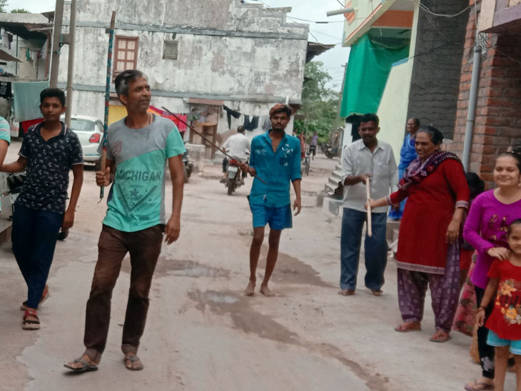 વાઘોડિયામાં કપિરાજનો આંતક મચાવતા છથી સાત લોકોને બચકા ભરી ઈજા પહોંચાડી હતી. - Divya Bhaskar