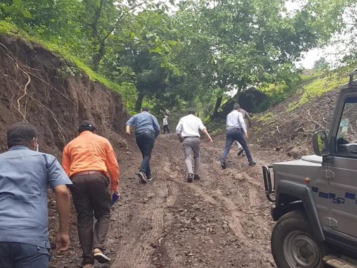 છોટાઉદેપુર ડીડીઓ જીપ કાચા રસ્તે ઢાળ ન ચડી શકતા પગપાળા જાય છે. - Divya Bhaskar