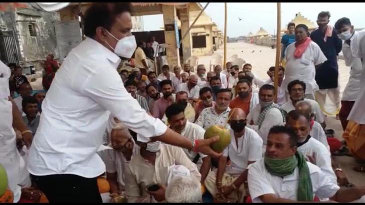 ઉપવાસી પુરોહિતોને નાળીયેર પીવડાવી પારણા કરાવેલ - Divya Bhaskar