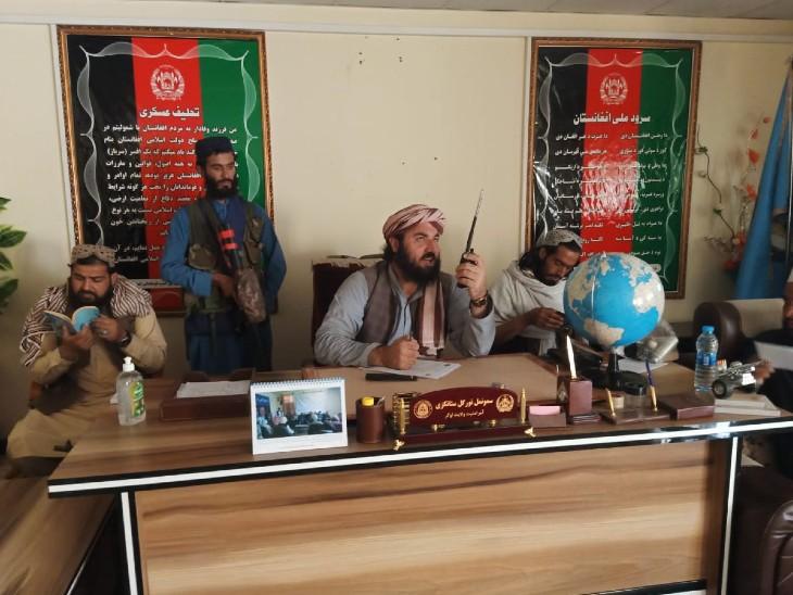 અફઘાનિસ્તાનના લોગાર રાજ્યમાં તાલિબાને સરકારી ઓફિસો પર કબજો જમાવવાનું શરૂ કરી દીધું છે, ત્યાં તાલિબાની ઝંડા લગાવી દેવાયા છે
