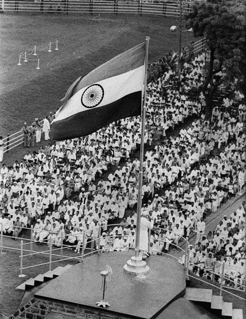 ભારત આઝાદ થયોને પ્રથમ વખત રાષ્ટ્રધ્વજ તત્કાલિન વડાપ્રધાન જવાહર લાલ નહેરુએ ફરકાવ્યો હતો.