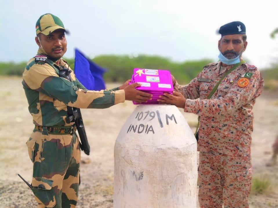કચ્છ સરહદે ભારત અને પાકિસ્તાનના સૈનિકોએ એકમેકને સ્વતંત્રતા દિવસની મીઠાઈ રૂપે શુભેચ્છા આપી|ભુજ,Bhuj - Divya Bhaskar