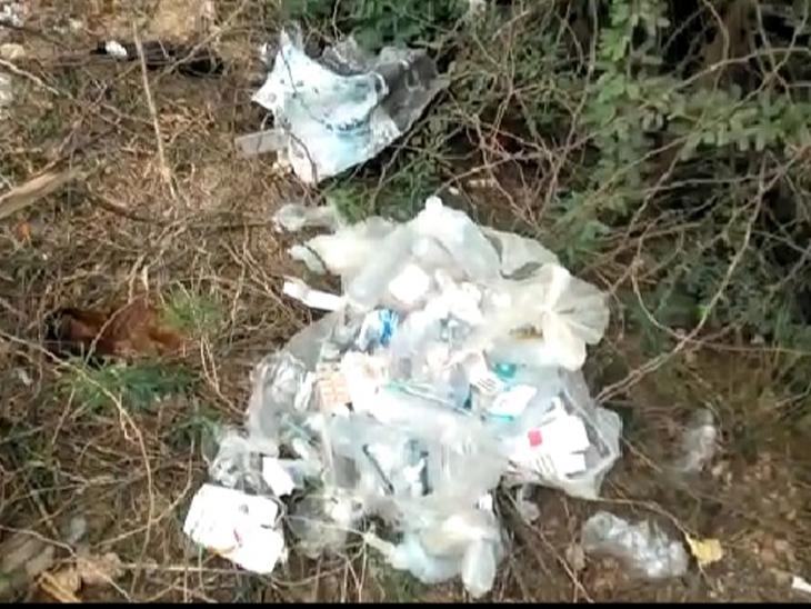 હળવદના રાણેકપર રોડ પર મેડિકલનો વેસ્ટ કચરો ફેકતા લોકોમાં રોષ ફેલાયો હતો. - Divya Bhaskar