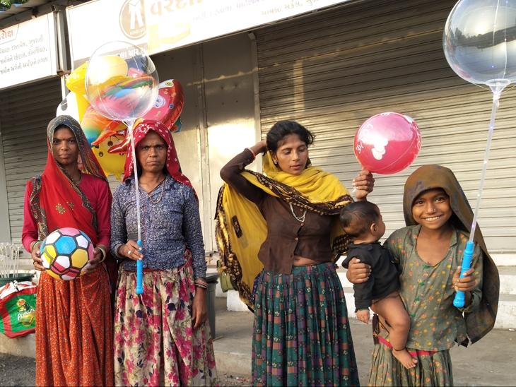 લોકમેળો બંધ રહેતા રમકડા વેચનાર પરપ્રાંતિયને હાલાકી. - Divya Bhaskar