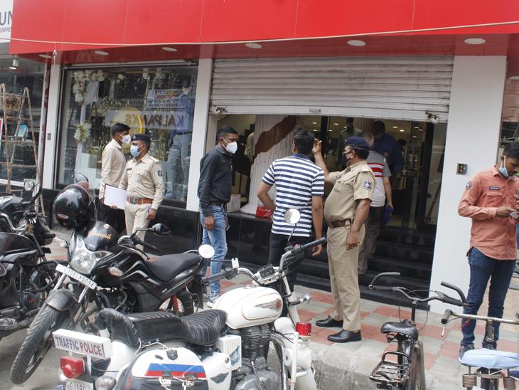 રાવપુરા કોઠી ચાર રસ્તા પાસે એક સાથે 6 દુકાનોનાં તાળાં તૂટ્યાં હતાં. - Divya Bhaskar