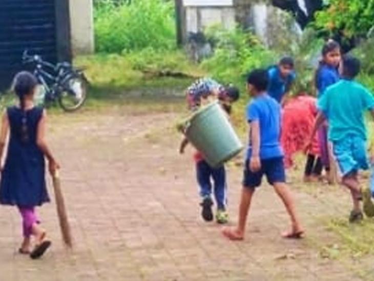 સફાઇ કરી રહેલા બાળકો - Divya Bhaskar