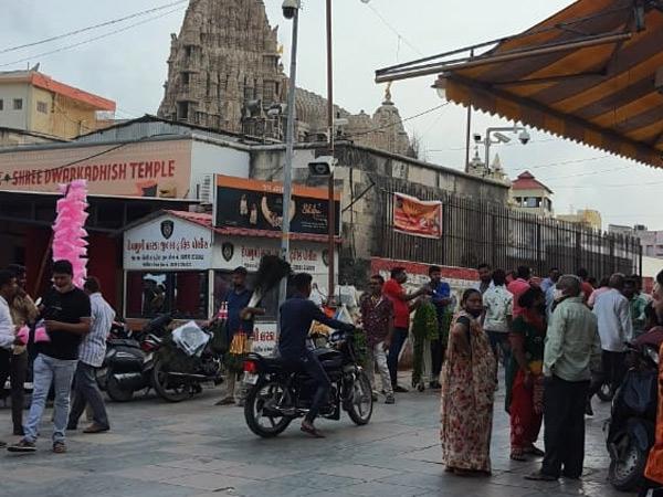 યાત્રાળુઓના આવામનથી બજારોમાં ચહલપહલ જોવા મળી છે. - Divya Bhaskar