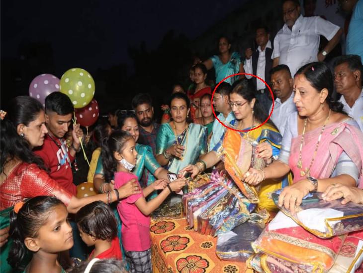 બર્થડેની જાહેરમાં ઉજવણી કરી બાળકો સાથે લોકોને પણ એકઠાં કર્યા. - Divya Bhaskar