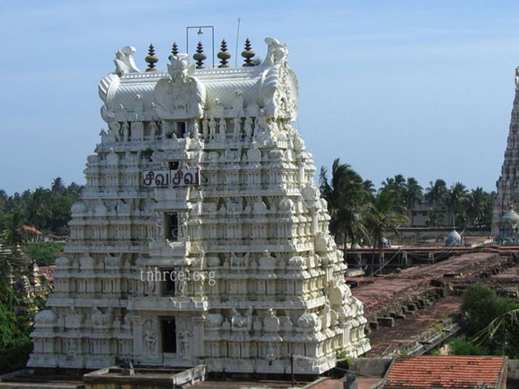 અહીં દર્શન માટે દેશ-વિદેશથી લાખો શ્રદ્ધાળુઓ આવે છે. દ્રવિડ શૈલીમાં બનેલું આ મંદિરનું નિર્માણ કળા અને શિલ્પ કળાની સુંદરતાનું પ્રતીક છે.