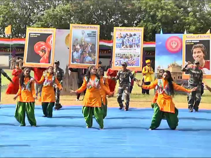 રાજકોટમાં દેશના ઓલિમ્પિક હીરોના બેનર સાથે યુવતીઓ દેશભક્તિના ગીત સાથે ઝુમી, વેક્સિનેશન જાગૃતિનો મેસેજ આપ્યો|રાજકોટ,Rajkot - Divya Bhaskar