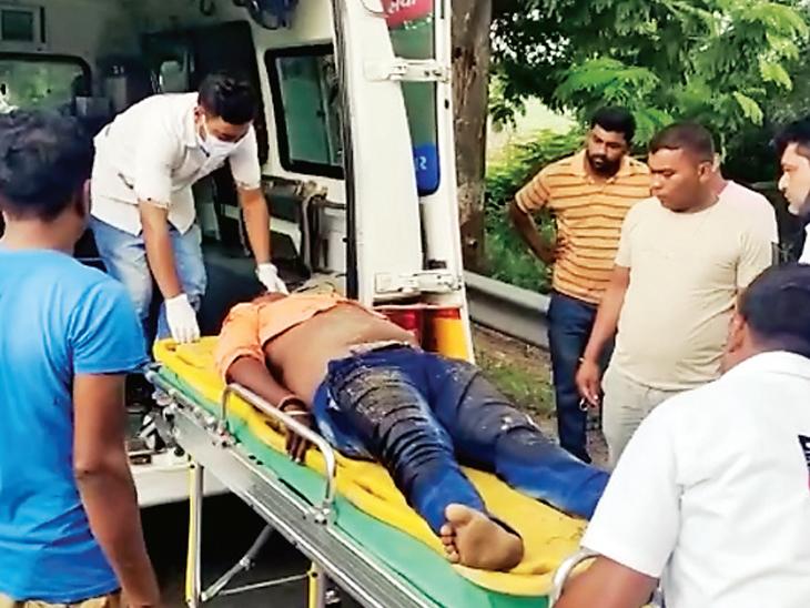 લોટીયા ચોકડી અને પાનિયા વસાહત વચ્ચે બાઈકને લક્ઝરી બસે અડફેટમાં લેતા મો.સા.સવાર કસુંબિયાના બે શખ્શો ગંભીર રીતે ઇજાગ્રસ્ત થતા બંનેને 108 એમ્બ્યુલન્સ દ્વારા સારવાર અર્થે ખસેડાયા હતા. - Divya Bhaskar
