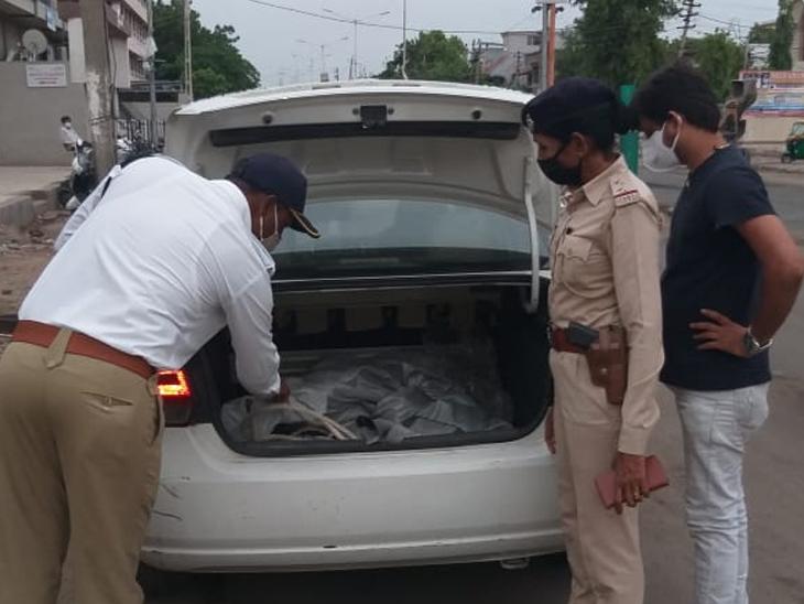શહેરમાં ટ્રાફિક નિયમોનો ભંગ કરતા લોકો સામે પોલીસે કાર્યવાહી કરી હતી. - Divya Bhaskar