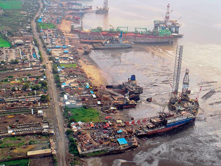 શિપ રીસાયકલિંગ ઉદ્યોગ મહત્વપૂર્ણ, કેન્દ્ર અને રાજ્ય સરકાર દ્વારા અપાતા પ્રોત્સાહનોથી અલંગ શિપ રીસાયકલિંગ ઉદ્યોગ અગ્રેસર|ભાવનગર,Bhavnagar - Divya Bhaskar