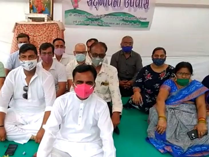 સુરતના પાલનપુરમાં શ્વાનના ત્રાસથી સ્થાનિકોનો વિરોધ,સદભાવના ઉપવાસ કરી તંત્રનું ધ્યાન દોરવા પ્રયાસ|સુરત,Surat - Divya Bhaskar