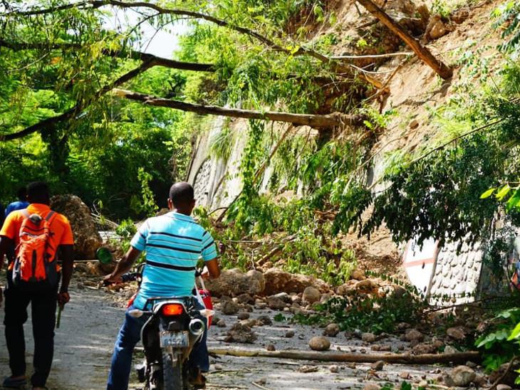વૃક્ષો પડવાથી ઘણા રસ્તાઓ બ્લોક થઈ ગયા છે.