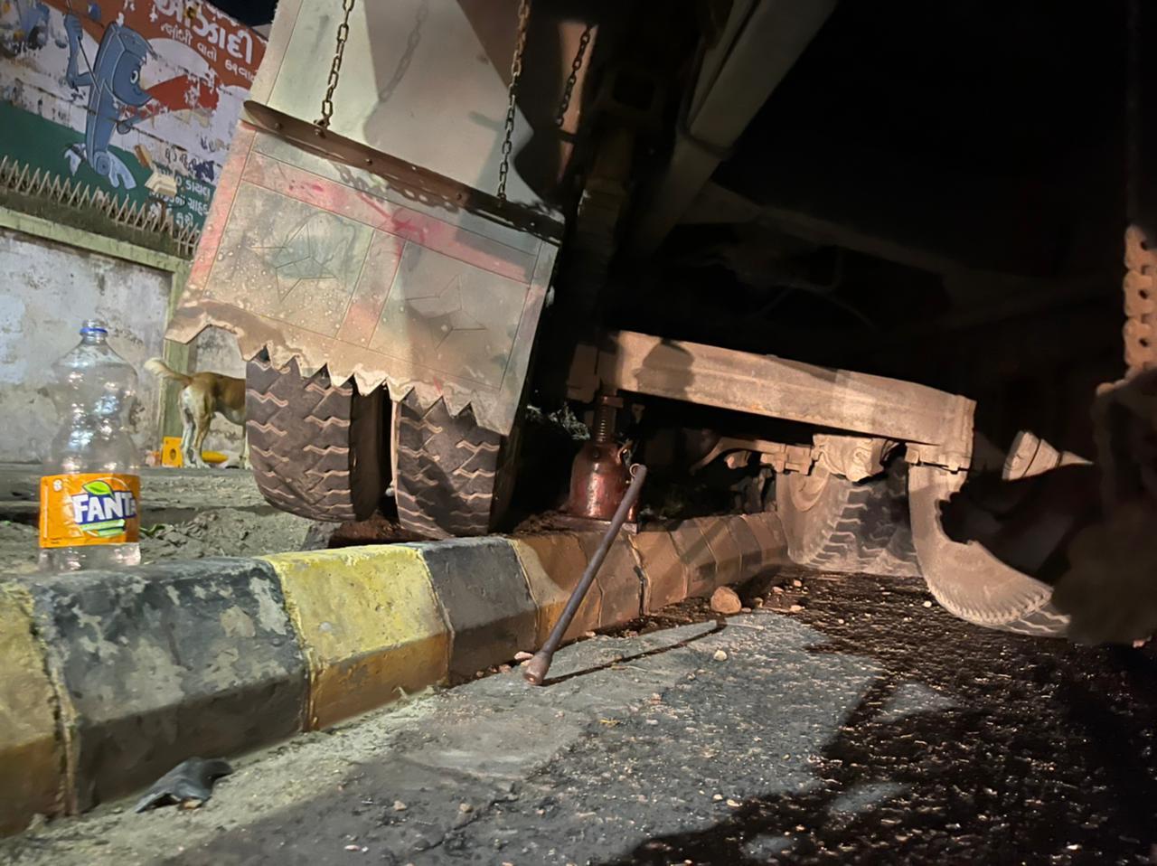 રૈયા ટેલિફોન એક્સચેન્જ પાસે ટ્રક નીચે મહિલા ફસાઈ તો કાલાવાડ રોડ પર બે કાર સામસામે અથડાતા દુર્ઘટના સર્જાઈ રાજકોટ,Rajkot - Divya Bhaskar