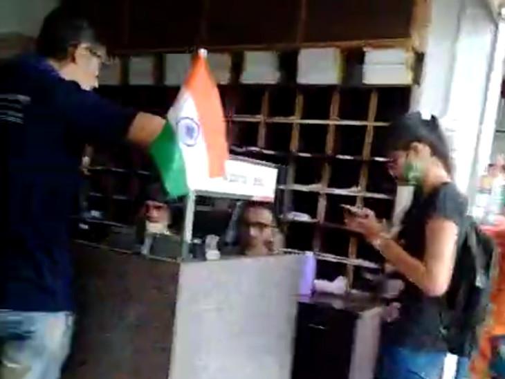 સુરતમાં માસ્ક- ડિસ્ટન્સિંગનું પાલન ન થતા બેન્કિંગ એકેડમીને 3 હજારનો દંડ સુરત,Surat - Divya Bhaskar