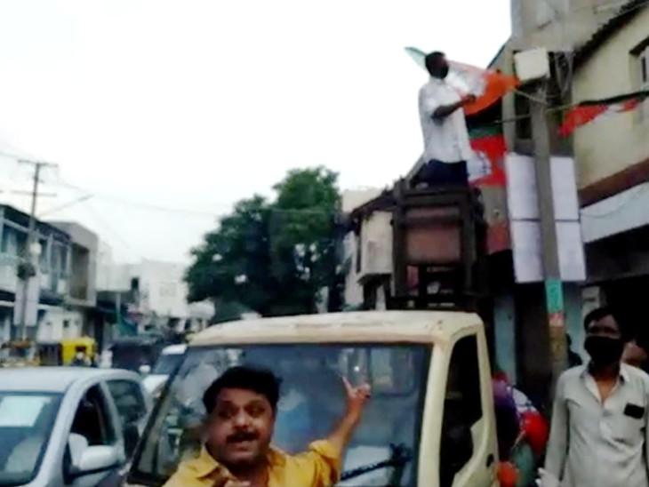 રાજકોટમાં ભાજપની જન આશીર્વાદ યાત્રાને લઇ કોંગ્રેસની મ્યુનિ. કમિશરને રજુઆત, સરકારી મિલકત પર ઝંડા લગાવતા મનપાના કર્મચારીઓ વિરૂદ્ધ ફરિયાદ કરવા માગ|રાજકોટ,Rajkot - Divya Bhaskar