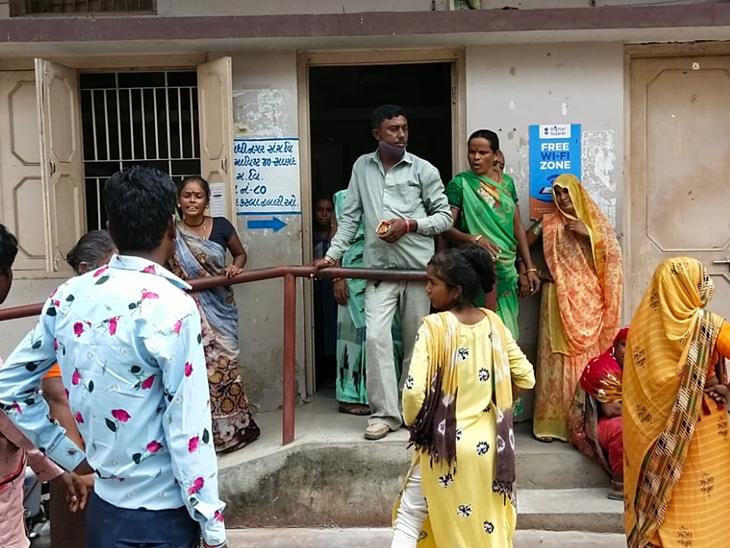 સાણંદના ભાવનાથ છાપરામાં દૂષિત પાણી ભરાતાં પરેશાની, પાલિકાએ એએમસી, ઔડાનો વાંક કાઢ્યો|સાણંદ,Sanand - Divya Bhaskar
