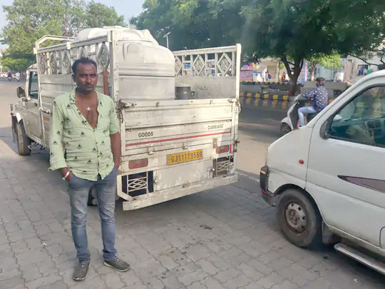 રાજકોટમાં 10 હજાર લિટર નકલી દૂધ ઠલવાય છે, પોલીસે 1000 લિટરનો નાશ કર્યો; તેલ, ક્ષાર અને પાઉડરની ભેળસેળ હોવાનું ખૂલ્યું,ગુનો દાખલ રાજકોટ,Rajkot - Divya Bhaskar