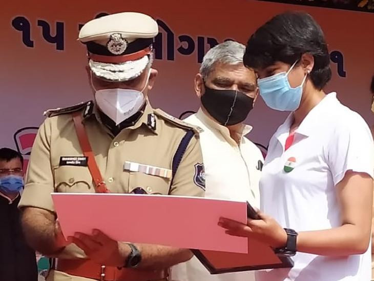 પોલીસ કમિશનર ડો.શમશેરસિંહે પોલીસ પરેડ મેદાન પર દોડવાની યુવતીને પરવાનગી આપી હતી.
