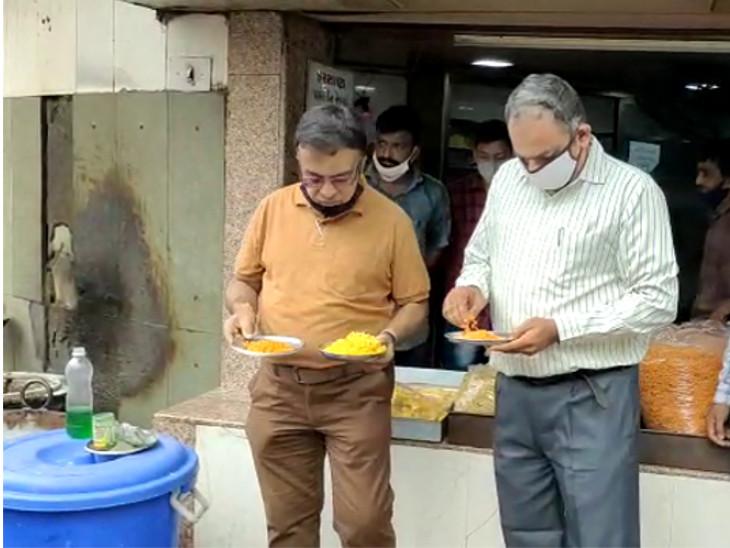રાજકોટમાં મીઠાઈની દુકાનોમાં આરોગ્ય શાખાના દરોડા, ઉમિયા ફરસાણમાં મીઠાઈ, ફરસાણ અને ખાદ્યતેલના નમૂના લેવાયા|રાજકોટ,Rajkot - Divya Bhaskar