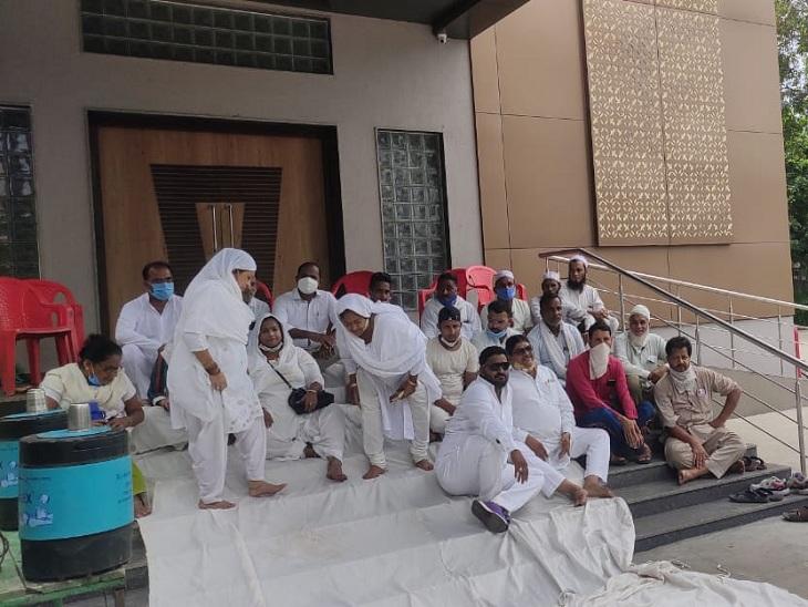 અમદાવાદના ગોમતીપુરમાં તૈયાર કોમ્યુનિટી હોલના લોકાર્પણ બાદ ઉપયોગ શરૂ ન થતા કોર્પોરેટર અને સ્થાનિકોએ બેસણું કરી વિરોધ કર્યો|અમદાવાદ,Ahmedabad - Divya Bhaskar