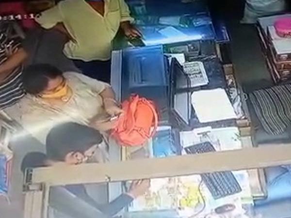 સાયણ સુગર ગ્રાહક ભંડારમાંથી ચેક આપી તેલના ડબ્બા લઈ જઈ મહિલાની છેતરપિંડી|ઓલપાડ,Olpad - Divya Bhaskar