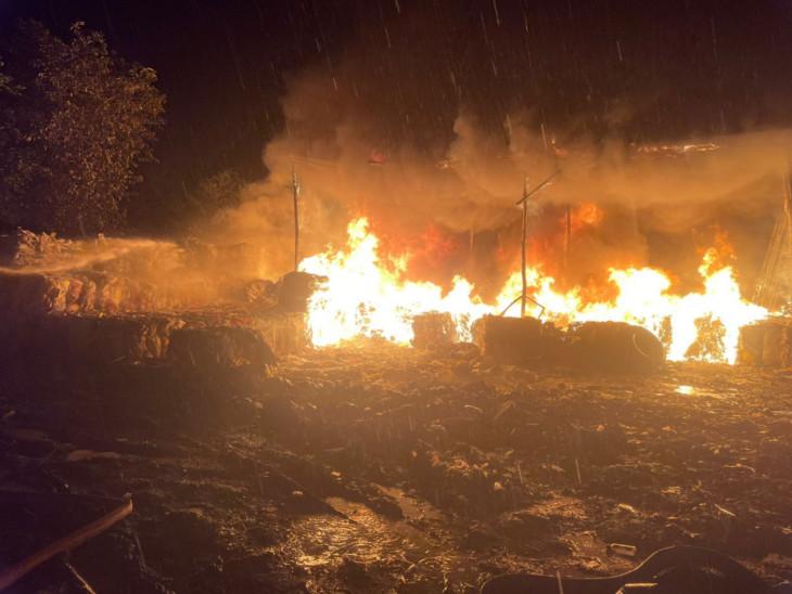સુરતના જિલ્લાની બ્રીજ નજીક ભંગારના ગોડાઉનમાં ભીષણ આગ, પ્લાસ્ટિક અને કચરો બળીને ખાક, કોઈ જાનહાનિ નહીં|સુરત,Surat - Divya Bhaskar