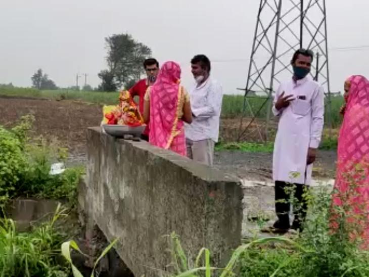 સુરતમાં પીઓપીની દશામાની મૂર્તિઓને લોકોએ ચોરી છૂપીથી કેનાલમાં વિસર્જીત કરી, મૂર્તિઓ રઝળતાં ભાવિકોમાં રોષ|સુરત,Surat - Divya Bhaskar