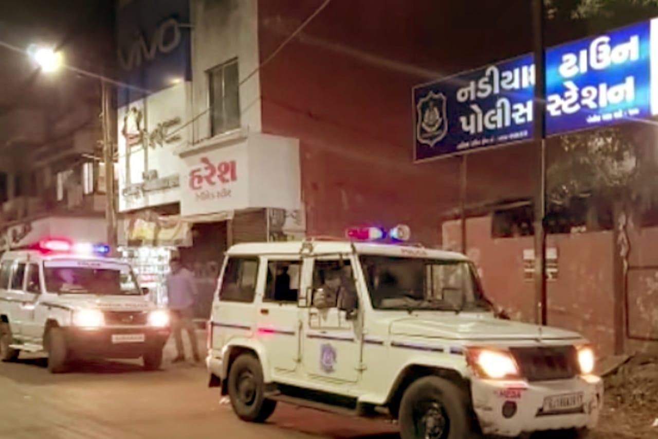 નડિયાદમાં સ્ટેટ મોનિટરીંગ સેલનો જુગારધામ પર દરોડો પાડી 14 શખ્સો સાથે દોઢ લાખનો મુદ્દામાલ જપ્ત કર્યો નડિયાદ,Nadiad - Divya Bhaskar
