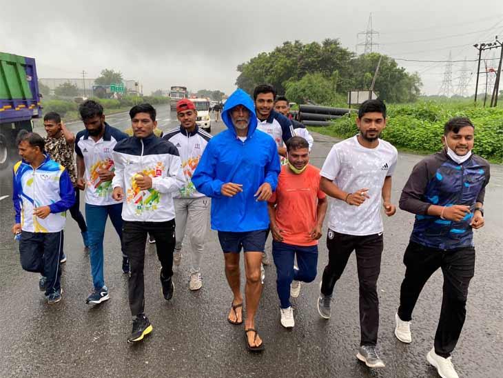 મુંબઈના શિવાજી ચોકથી સ્ટેચ્યૂ ઓફ યુનિટી સુધીની દોડ, બોલિવુડ કલાકાર મિલિંદ સોમાણે સુરતના માખીગા ગામે પહોંચ્યા|સુરત,Surat - Divya Bhaskar
