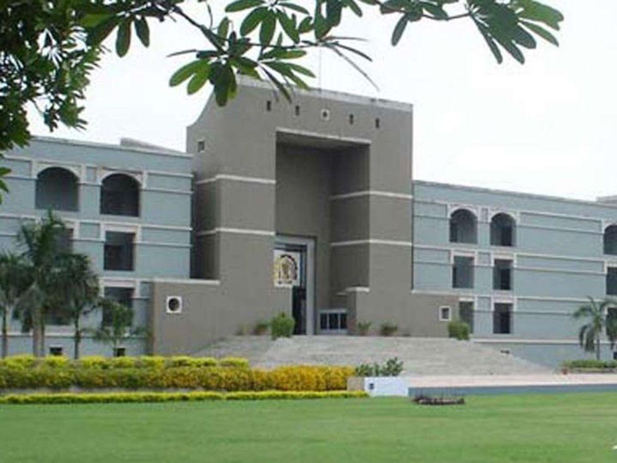 સરકાર દ્વારા ફી અંગે નિર્ણય નહીં લેવાતા ઓલ ગુજરાત વાલી મંડળે સ્કૂલોમાં 50 ટકા ફી માફી માટે હાઈકોર્ટમાં PIL કરી|અમદાવાદ,Ahmedabad - Divya Bhaskar