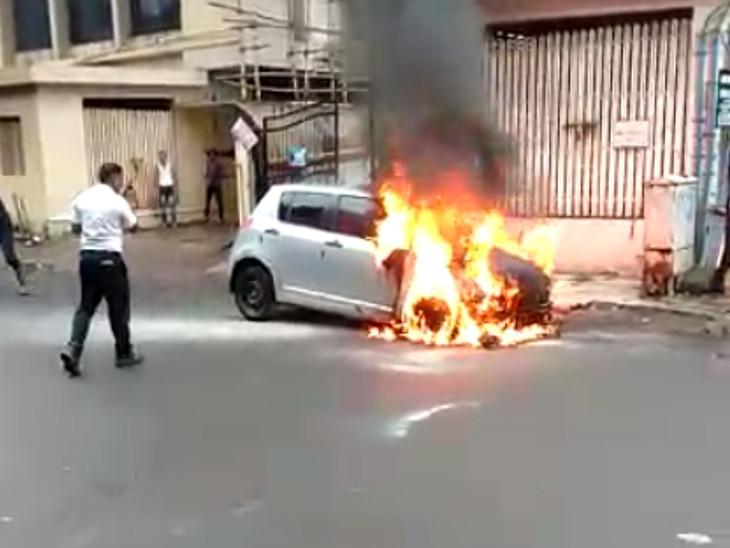 સુરતના સિટી લાઈટ વિસ્તારમાં કારમાં લાગેલી ભીષણ આગ પર ફાયરબ્રિગેડે કાબૂ મેળવ્યો, કોઈ જાનહાનિ નહી|સુરત,Surat - Divya Bhaskar