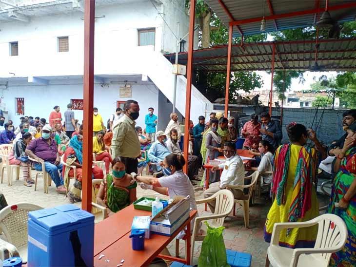 અમદાવાદના વટવા રામવાડી પાસે હનુમાન મંદિરમાં વેક્સિનેશન કેમ્પમાં 700 લોકોએ વેક્સિન લીધી, શહેરમાં 27436ને વેક્સિન અપાઈ|અમદાવાદ,Ahmedabad - Divya Bhaskar