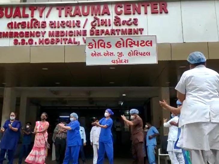 કોરોનાના કેસ બંધ થતા સયાજી હોસ્પિટલના સ્ટાફે મીઠાઇ વહેંચીને ખુશી વ્યક્ત કરી