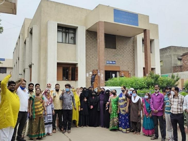 ગોમતીપુર વોર્ડની ઓફિસ બહાર વિરોધ કરતા સ્થાનિકો - Divya Bhaskar