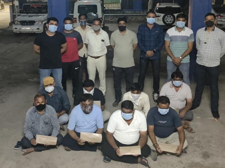 વિસનગરના 8 શખ્સો અંબાજીમાં જુગાર રમતાં ઝડપાયા, 1.37 લાખની મત્તા જપ્ત અંબાજી,Ambaji - Divya Bhaskar