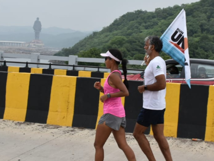 બોલિવુડ એક્ટર મિલિંદ સોમણ 8 દિવસમાં 450 કિમી દોડીને મુંબઇથી સ્ટેચ્યૂ ઓફ યુનિટી પહોંચ્યા, ફિટ ઇન્ડિયાનો સંદેશ આપ્યો|વડોદરા,Vadodara - Divya Bhaskar