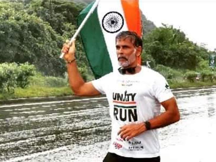 મિલિંદ સોમણેે 15મીથી મુંબઈથી રન ફોર યુનિટી દોડ શરૂ કરી છે. - Divya Bhaskar