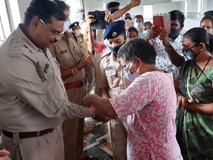 100થી વધુ કોરોના વોરિયર્સ પોલીસ કર્મીને રાખડી બાંધી|વિરમગામ,Viramgam - Divya Bhaskar