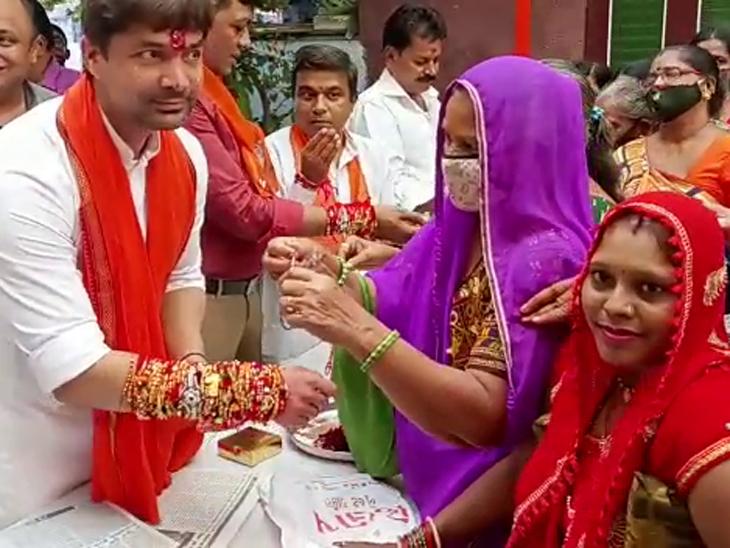 અમદાવાદમાં ભાજપના કોર્પોરેટરે 1000 મહિલા પાસે માસ્ક વિના રાખડી બંધાવી, કહ્યું- તહેવારની પ્રસન્નતામાં નિયમો ભૂલી જવાય છે|અમદાવાદ,Ahmedabad - Divya Bhaskar