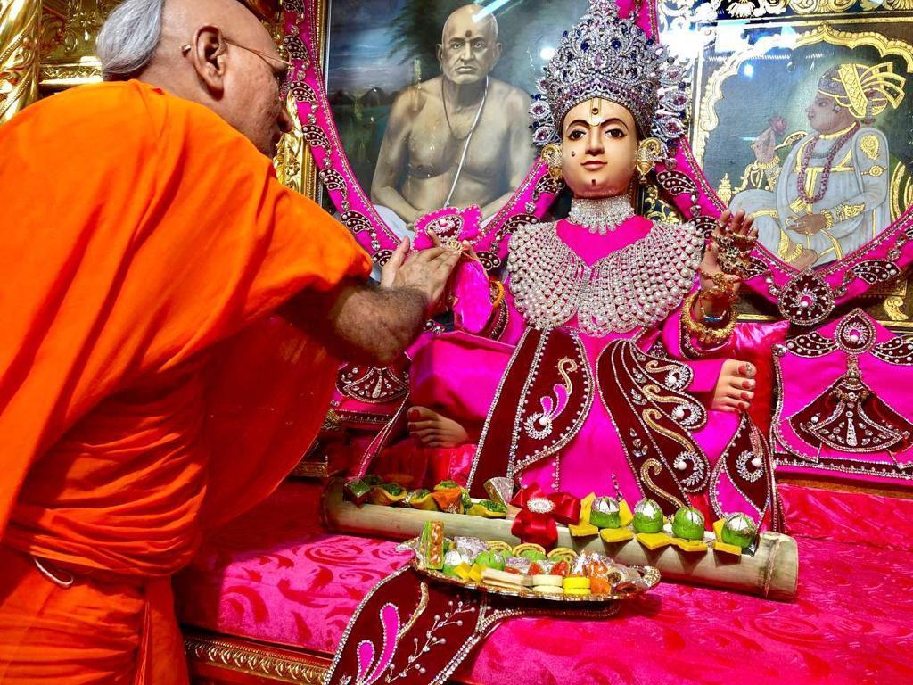 મણિનગરમાં શ્રી સ્વામિનારાયણ ભગવાનને શ્રી સ્વામિનારાયણ ગાદીના આચાર્ય જિતેન્દ્રિયપ્રિયદાસજી સ્વામીએ રક્ષા સૂત્ર બાંધ્યું|અમદાવાદ,Ahmedabad - Divya Bhaskar