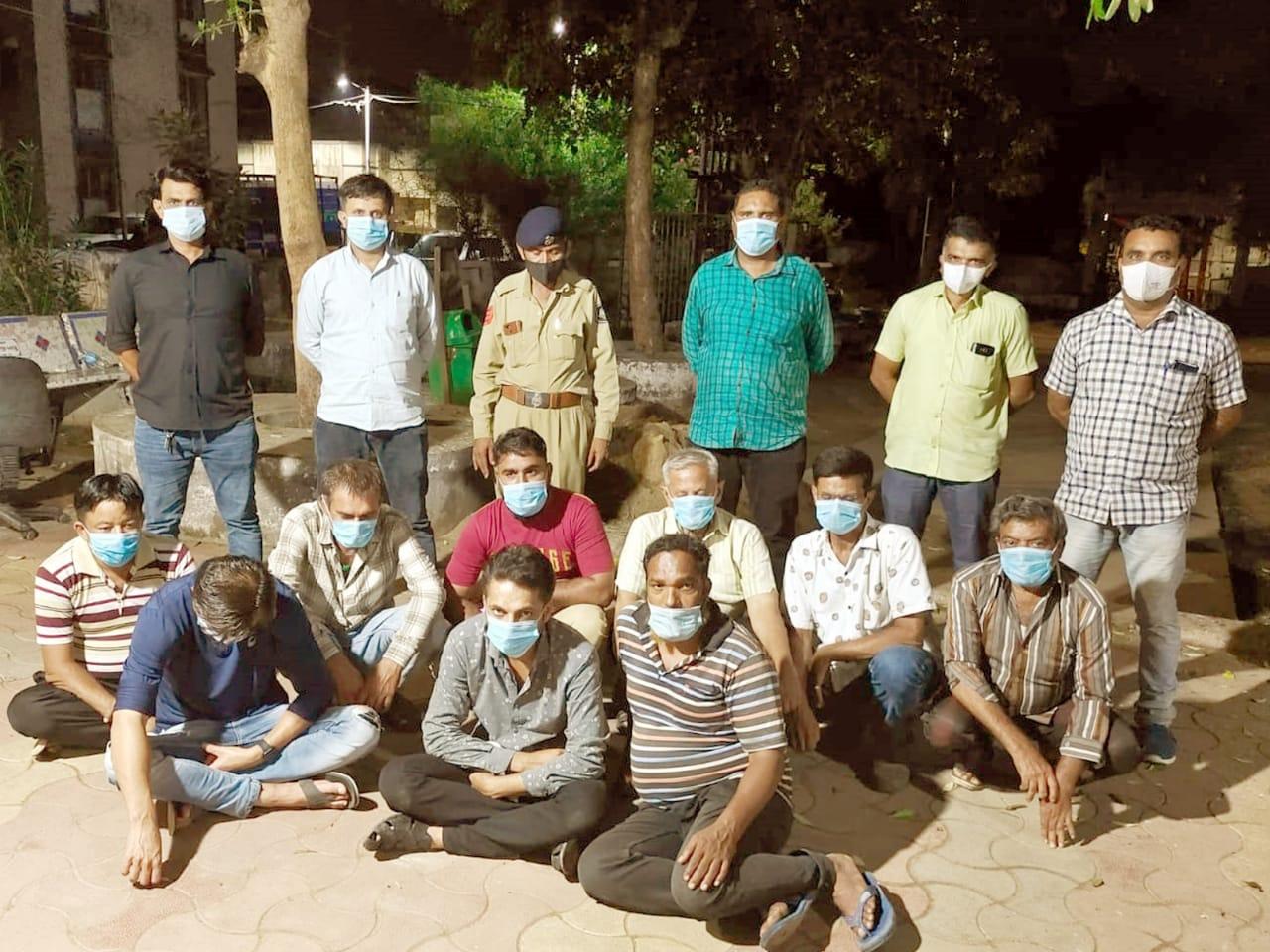 ખેડા જિલ્લામાં ત્રણ અલગ અલગ સ્થળો પર જુગાર રમી રહેલા 37 લોકો સાડા સાત લાખના મુદ્દામાલ સાથે ઝડપાયા નડિયાદ,Nadiad - Divya Bhaskar